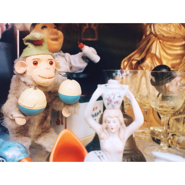 Met this magic monkey yesterday, but it was too dark to take a picture, came back this morning and here we are. #antiquemonkey #tallinnoldtown #skweak