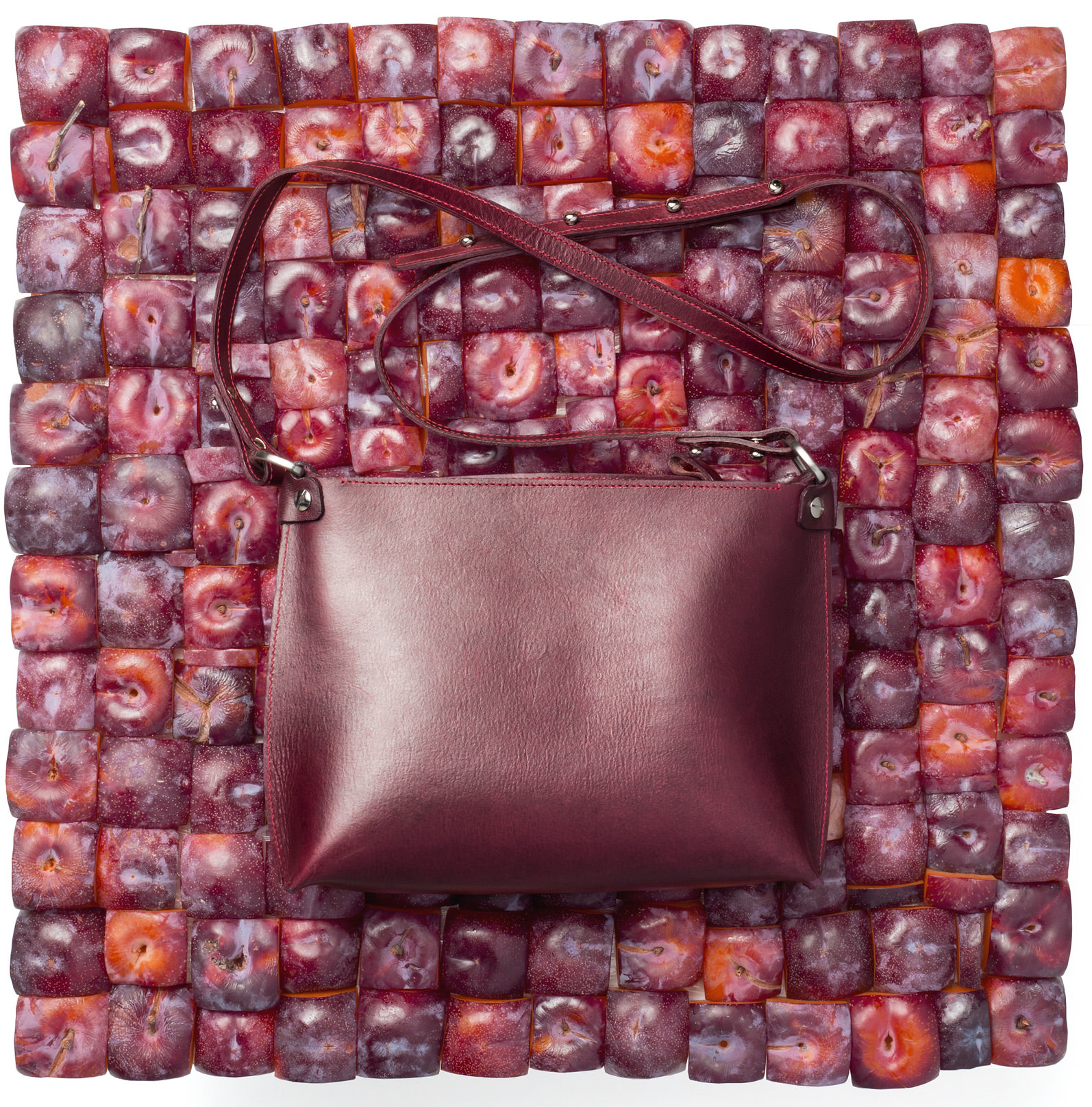 Stella_Soomlais_purple_leather_purse_with_plums_photo_Altrov_v